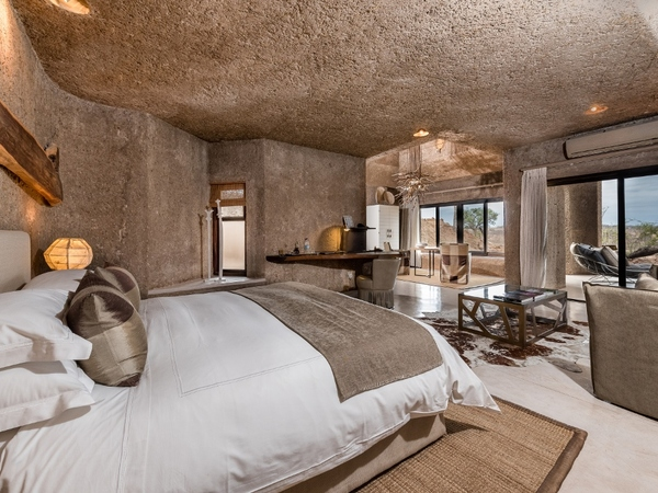 Large_earth_lodge_-_main__luxury_suite_
