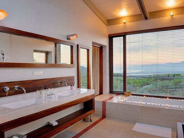 Large_pic1366en-suite-bathroom-of-forest-lodge-luxury-pool-suite-lr
